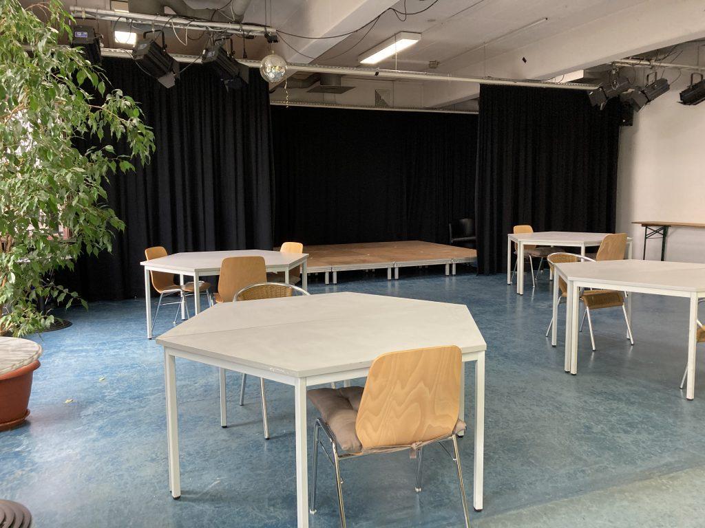 Bühne und Tische